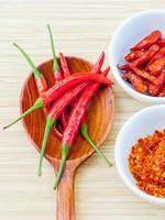 frische und getrocknete Chilis foto