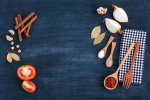 Kochzutaten auf einem blauen hölzernen Hintergrund foto