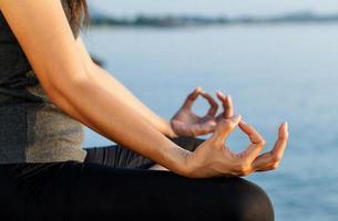 Nahaufnahme einer meditierenden Frau