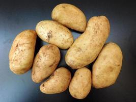 Kartoffeln auf einem dunklen Tischhintergrund foto