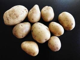 Kartoffeln auf einem dunklen Tischhintergrund