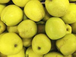 Haufen gelber Äpfel foto