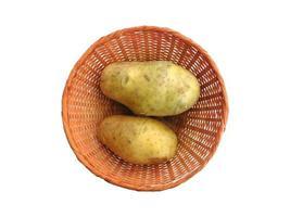 Kartoffeln in einem Weidenkorb auf einem weißen Hintergrund