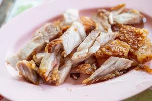 Nahaufnahme von knusprigem Schweinebauch oder frittiertem Schweinefleisch