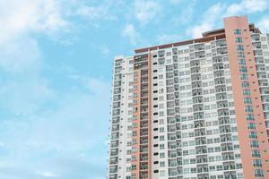 hohe Eigentumswohnung oder Wohnhäuser mit einem blauen Himmelhintergrund