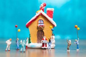 glückliche Miniaturfamilie, die Weihnachten, Weihnachten und ein frohes neues Jahrkonzept feiert