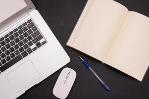 das Konzept des Lernens im alten Buch und des modernen Computerlernens foto