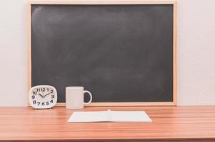 Notizbuch und Uhr auf dem Tisch foto