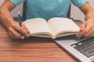 das Konzept des Lesens von Liebe foto