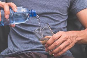 trinke sauberes Wasser für die Gesundheit foto