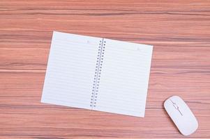 Notizbuch und Maus auf dem Tisch