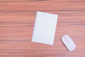 Notebook und Computermaus auf dem Tisch