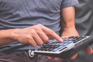 ein Mensch mit einem Taschenrechner foto