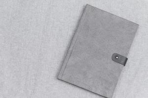 graues Buch Buch auf grauem Stoff foto