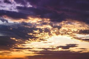 Cumuluswolken unter den Sonnenuntergangslichtern foto