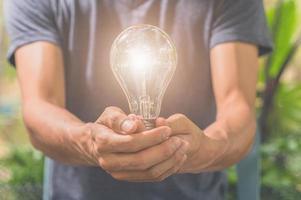 Idee eines Mannes mit einer Glühbirne foto