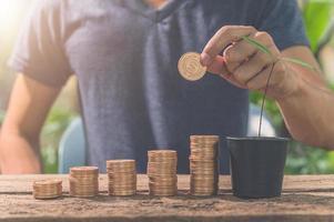 Mann sammelt Münzen