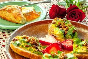 Avocado-Toast mit Pinienkernen und Früchten
