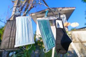 Einweg-Gesichtsmasken hängen draußen foto