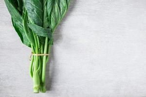 chinesischer Grünkohl auf einem weißen Tabellenhintergrund foto