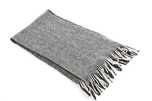 grauer Schal auf weißem Hintergrund