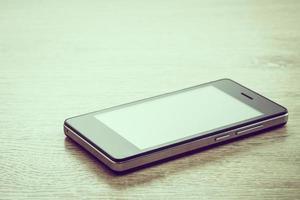 Smartphone auf hölzernem Hintergrund