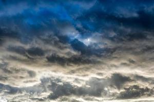 dunkle bedrohliche Wolken foto