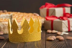 Papierkrone und Geschenke