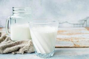 Milch in Gläsern auf einem Holztisch foto