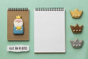 Draufsicht auf drei Könige mit einem Notizbuch foto