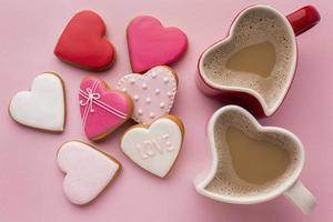 Draufsicht auf Valentinskaffee und Kekse