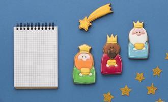 Draufsicht auf drei Könige mit Sternschnuppe und Notizbuch
