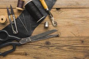 Gegenstände auf rustikalem Holz nähen