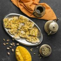 Teller mit Snacks und Tee foto