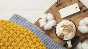 Draufsicht auf einen Pullover mit Kaffee und Baumwolle