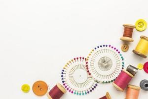 Faden, Nadeln und Knöpfe mit Kopierraum foto