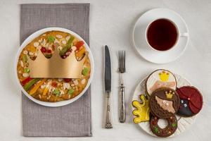 Draufsicht auf Dreikönigstagsnahrungsmittel und Tee