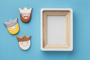 drei Könige Kekse und leerer Bilderrahmen foto