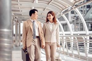 Mann und Frau gehen im Bahnhof foto