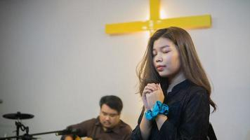 Frau, die während der Predigt der Kirche betet foto