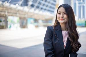 Geschäftsfrau posiert draußen foto