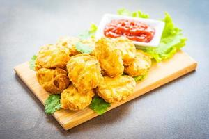 frittierte Hühnernuggets mit Ketchup