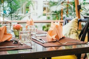 Tisch zum Abendessen gedeckt foto