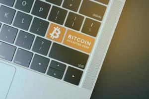 2018-- illustratives Editorial des Bitcoin-Logos über der Computertastatur foto
