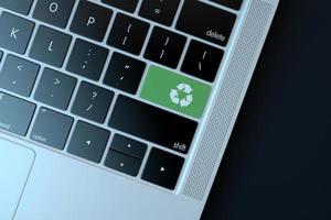 2018-- illustratives Editorial des Recycling-Symbols über der Computertastatur foto