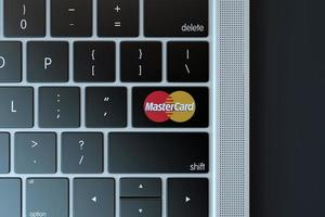 2018-- illustratives Editorial des Mastercard-Symbols über der Computertastatur