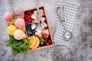 Eis und Toppings in einer Box foto