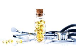 Fischölpillen und ein Stethoskop foto