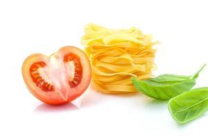 Tomaten, Nudeln und Basilikum foto