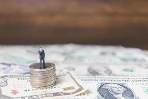 Miniatur Geschäftsleute mit uns Dollar Banknoten Hintergrund